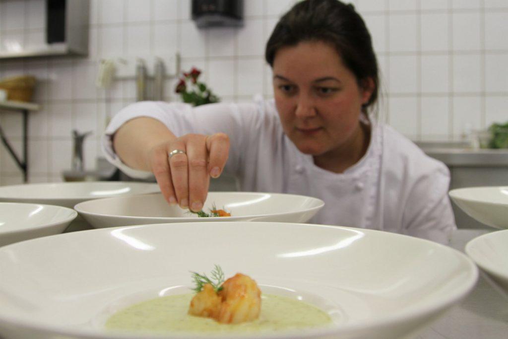 Küche beim anrichten